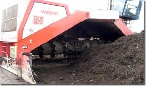 Amsterdam'da büyük kompost karıştırma makinesi